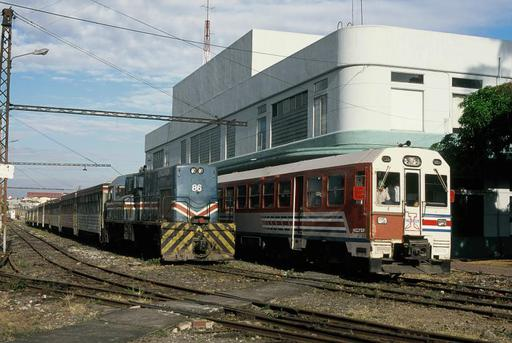 Meeting of the two train sets for suburban transport, Estación al Pacífico. Diesel loc. GE U11B, Bo'Bo', motor Caterpillar D398, 1100 PS, November 1979, series 80-89.