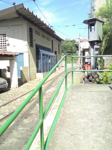 Tram Santa Teresa: Access tracks to the maintenance shop (behind the photographer). On the left the substation, on the right the access to the museum.