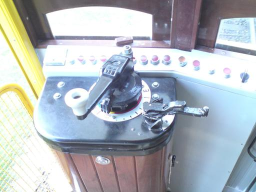 Tram Santa Teresa: View of the controller. On the left the power and brake lever, on its right side the reversing handle, behind them the control lights and switches.